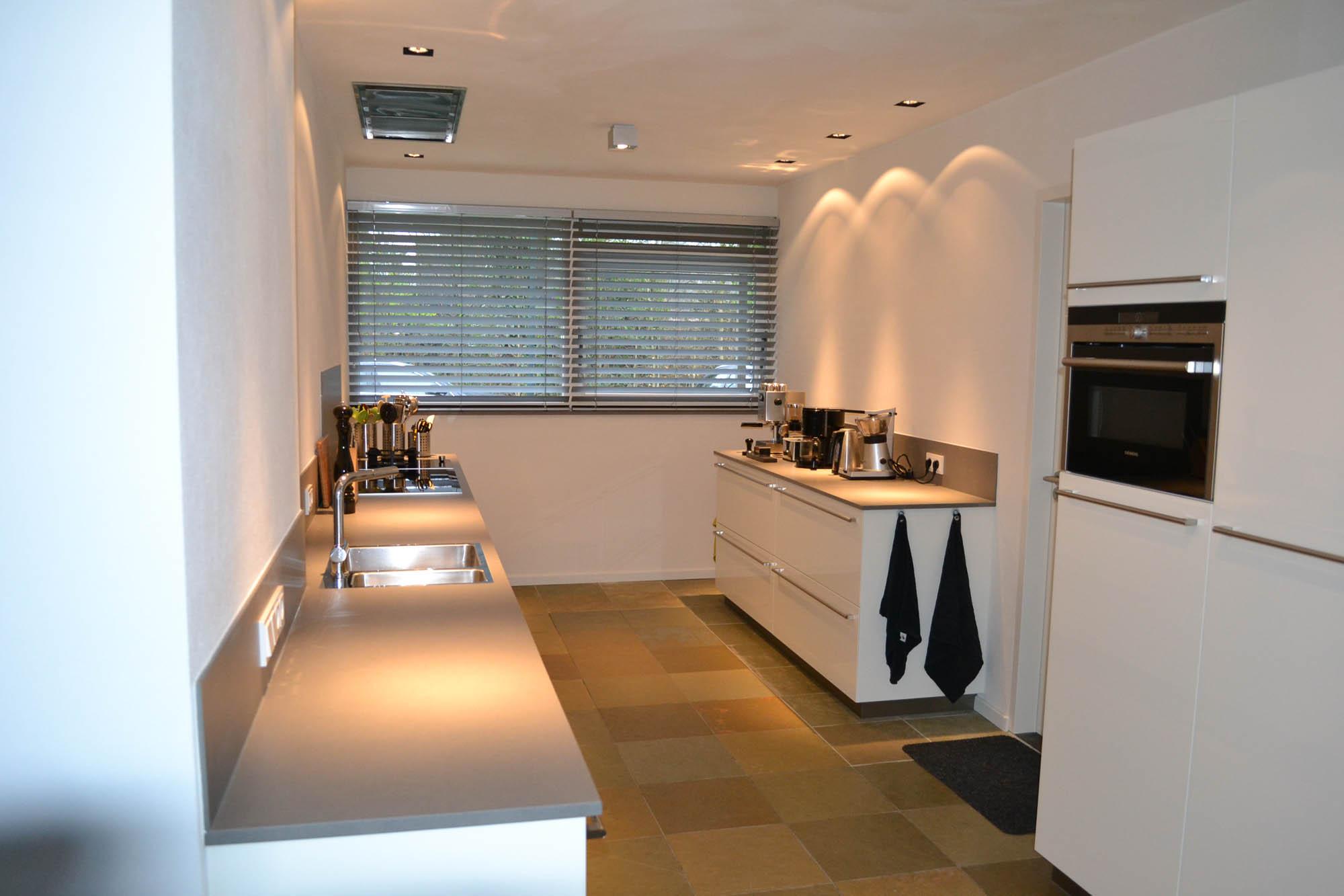 Keuken hoogglans wit met keramiek blad pdi interieurbouw - Moderne apparaten ...