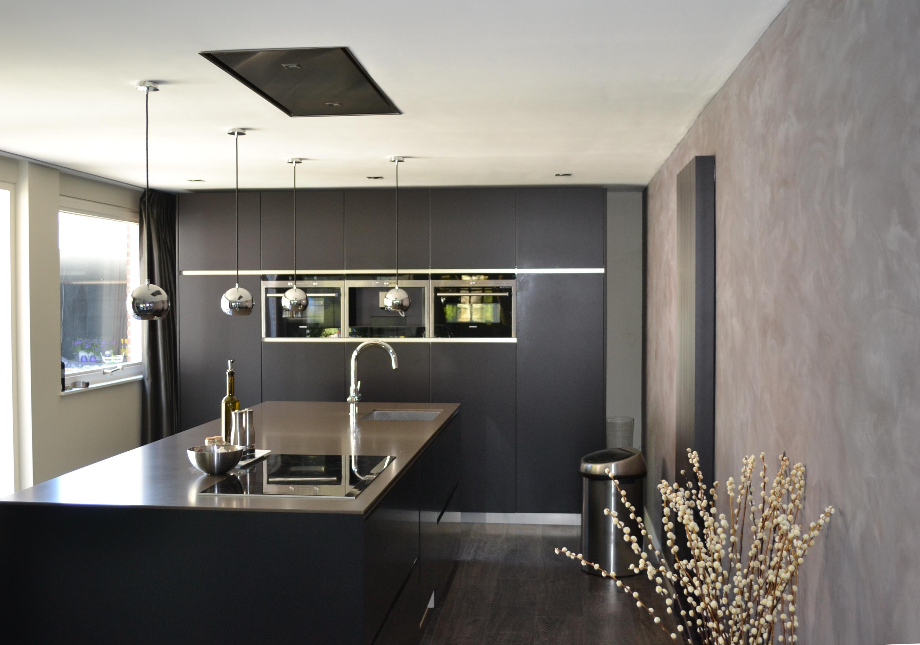 Keuken zwart bruin met composiet werkblad pdi interieurbouw