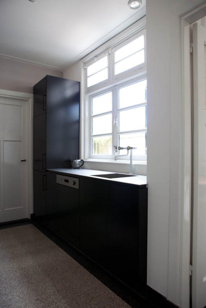 Zwarte keuken met graniet blad vooraanzicht