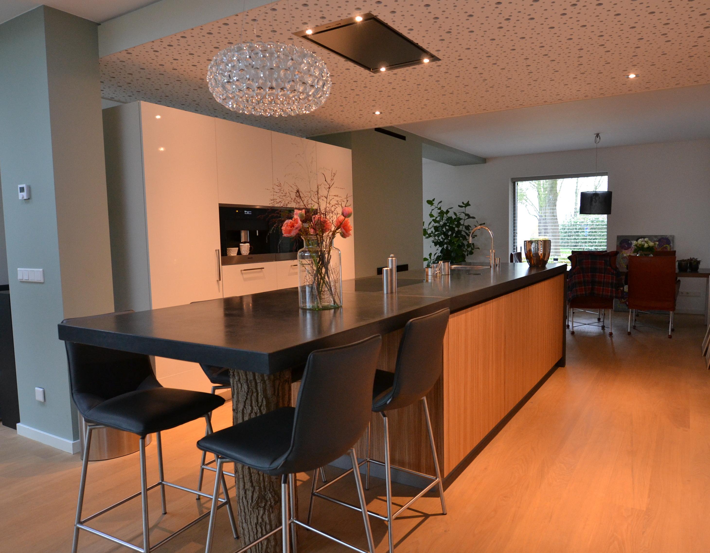 Beton Blad Keuken : Keuken zebrano met betonnen blad en witte hoogglans achterkast